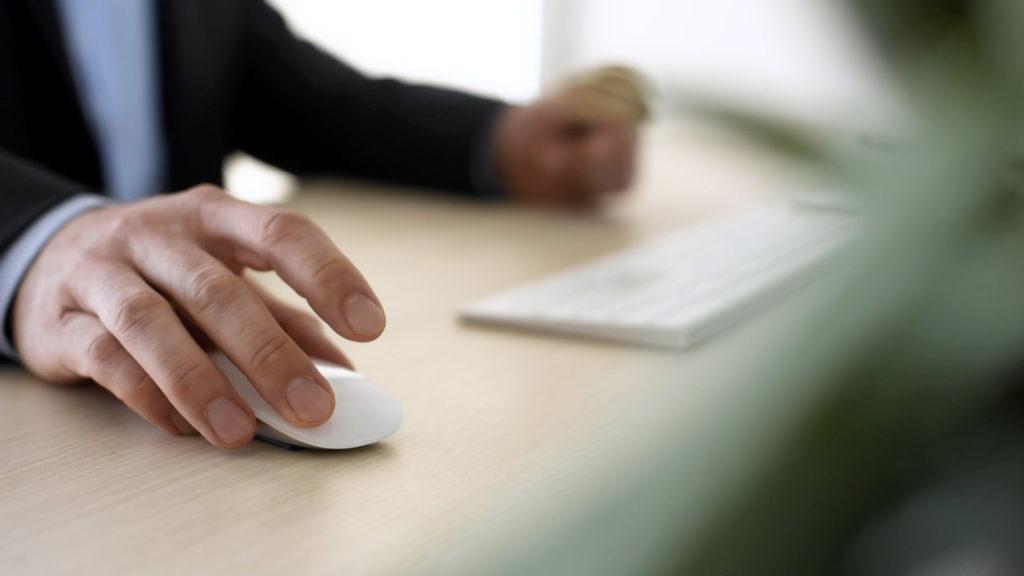 Hände am Schreibtisch Mausklick
